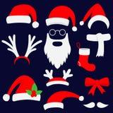 Trois chapeaux de Santa, klaxons, moustaches, barbes et bas rouges de Noël Photos stock