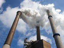 Trois cheminées d'évacuation des fumées dans le point de vue Images libres de droits