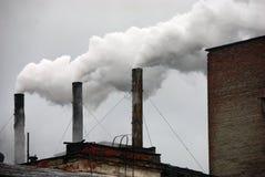 Trois cheminées de tabagisme d'usine Images stock