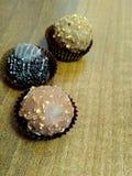 Trois chocolats dans les paniers de papier Fermez-vous vers le haut du tir images stock
