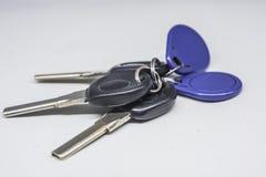 Trois clés de pièce noires et une carte bleue d'accès photographie stock