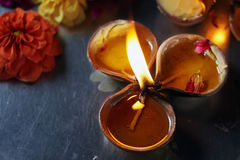 Trois Clay Oil Lamp avec une flamme Images stock