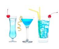Trois cocktails avec la baie d'aubépine de bleu de martini de cocktail de margarita d'alcool Image libre de droits