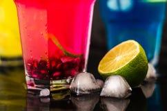 Trois cocktails, chaux et glaces de couleur Photo libre de droits