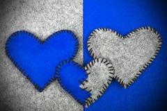 Trois coeurs de feutre sur deux milieux différents Image stock