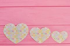 Trois coeurs de papier sur le fond en bois Photographie stock