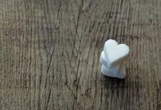 Trois coeurs de sucre blanc sur la table en bois Images libres de droits