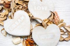 Trois coeurs en bois avec des lettres d'amour et souhait rêvent Photo libre de droits