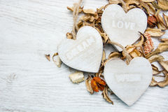 Trois coeurs en bois avec des lettres d'amour et souhait rêvent Images libres de droits
