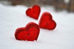 Trois coeurs rouges - bougies sur la neige blanche, un cadeau pour aimé image libre de droits