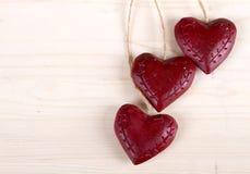 Trois coeurs rouges en bois Photo libre de droits