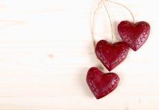 Trois coeurs rouges en bois Photographie stock