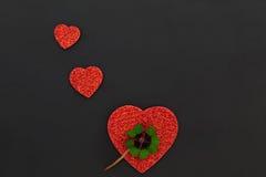 Trois coeurs rouges et un oxalide petite oseille Photographie stock