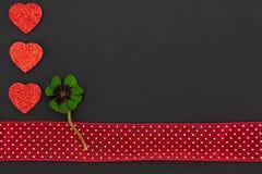 Trois coeurs rouges et un oxalide petite oseille Image libre de droits