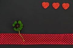 Trois coeurs rouges et un oxalide petite oseille Photographie stock libre de droits