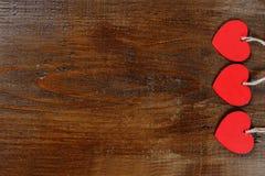 Trois coeurs rouges sur le fond en bois - concept de Saint Valentin Photo libre de droits