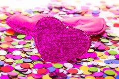 Trois coeurs sur le fond de confettis Photo stock