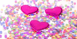 Trois coeurs sur le fond de confettis Photos stock