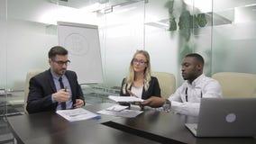 Trois collègues multi-ethinc discutent la stratégie de placement de bitcoin dans le tableau blanc clips vidéos