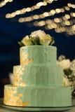 trois couches de gâteau de couleur verte avec la rose de blanc sur le dessus et le beautif Image libre de droits