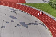 Trois coureurs sur un tapis roulant, vue supérieure images stock