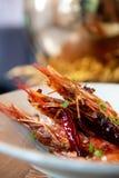 Trois crevettes roses sur la cuisine asiatique de plan rapproché délicieux cuite par plat blanc fraîche photographie stock