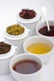 Trois cuvettes de thé avec trois types d'herbes Photos stock