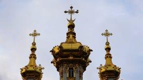 Trois dômes d'or avec les croix orthodoxes à la crête banque de vidéos