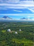 Trois dômes de radar, le Kamtchatka, Russie images stock