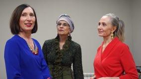Trois dames élégantes pluses âgé se parlent et le sourire clips vidéos