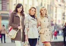Trois dames attirantes pendant la journée de printemps Images libres de droits