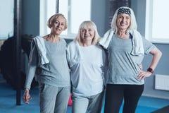 Trois dames pluses âgé sportives semblables posant au centre de fitness Image stock