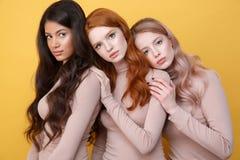 Trois dames posant dans le studio Image libre de droits