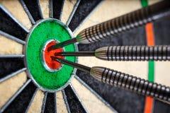 Trois dards dans le bull& x27 ; oeil de s Image libre de droits