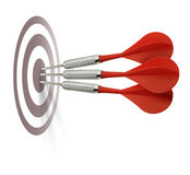 Trois dards rouges heurtant la cible Images stock