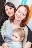 Trois différents âges de soeurs heureuses sont ensemble Photo stock