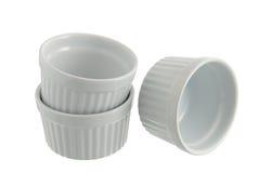 Trois différents carters de traitement au four en céramique blancs Images stock