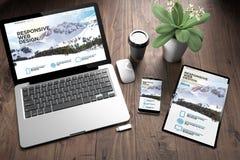 trois dispositifs sur la montagne de bureau en bois de vue image stock