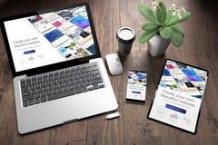 trois dispositifs sur le constructeur de bureau en bois de site Web de vue image libre de droits