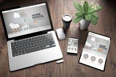 trois dispositifs sur le site Web de bureau en bois de conception intérieure de vue photographie stock libre de droits