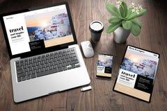 trois dispositifs sur le voyage de bureau en bois de vue en ligne image stock