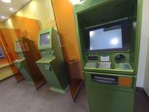 Trois distributeurs de billets de banque pour émettre l'argent prêt pour le travail photos stock