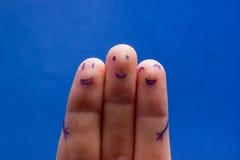 Trois doigts de sourire qui sont très heureux d'être des amis Concept de travail d'équipe d'amitié sur le fond bleu avec l'espace Images stock