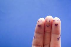 Trois doigts de sourire qui sont très heureux d'être des amis Concept de travail d'équipe d'amitié sur le fond bleu avec l'espace Photos libres de droits