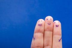 Trois doigts de sourire qui sont très heureux d'être des amis Concept de travail d'équipe d'amitié sur le fond bleu avec l'espace Images libres de droits