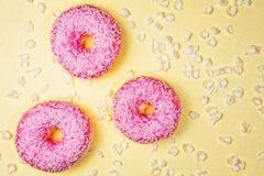 Trois doughnouts miroités roses Photo libre de droits