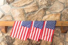 Trois drapeaux américains sur un manteau de cheminée en pierre photographie stock