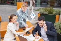 Trois employeurs prospères se sentant surchargés étudiant de nouvelles stratégies Image libre de droits
