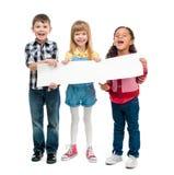 Trois enfants avec les bouches ouvertes tenant la feuille de papier vide Photo libre de droits