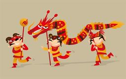 Trois enfants chinois jouant le dragon dansent pour célébrer venir chinois de nouvelle année Image libre de droits